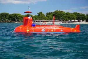 Czerwona łódź półpodwodna