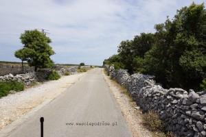 Droga wzdłuż murów