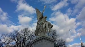 Iris, posłanka bogów zabiera poległego herosa na Olimp