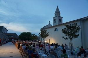 Koncert pod kościołem