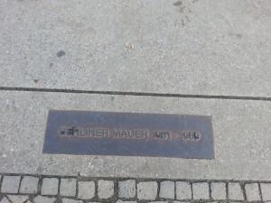 Przebieg muru berlińskiego dokumentują takie tabliczki
